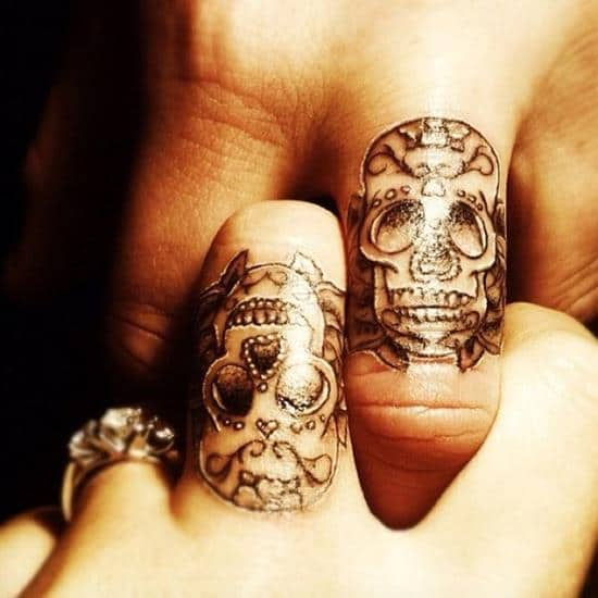 27-skull-finger-tattoo