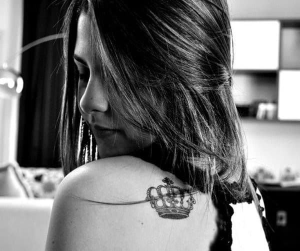 Cute-Crown-Tattoo-on-Shoulder-for-Women