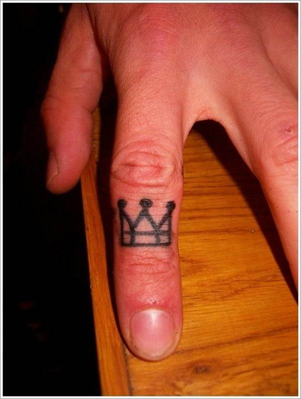 Sweet-Crown-Tattoo-on-Finger