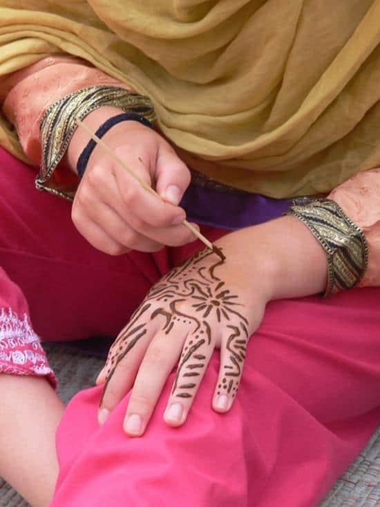 Tell_Arab_-_Frauen_beim_Hennabemalen